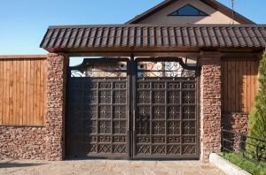 Распашные ворота для загородного дома