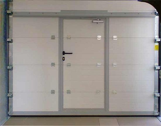 Секционные гаражные ворота с калиткой (вид изнутри)