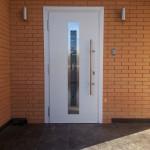 установленная входная дверь
