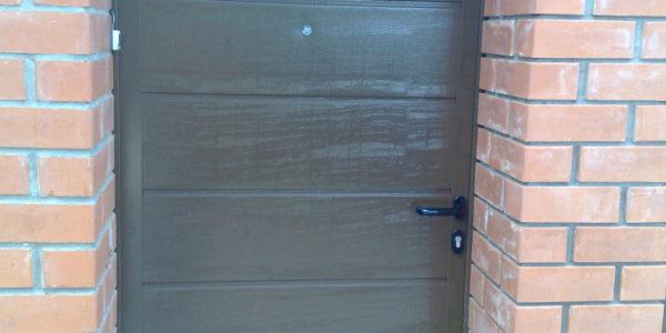 Дверь боковая Hormann алюминевая с блочной коробкой, обшита сендвич панелью, поверхность Wood grain с глазком