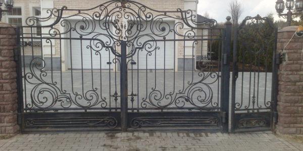 Кованные автоматические распашные ворота с калиткой и с электромеханическим замком