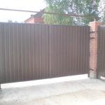 Распашные ворота коричневого цвета